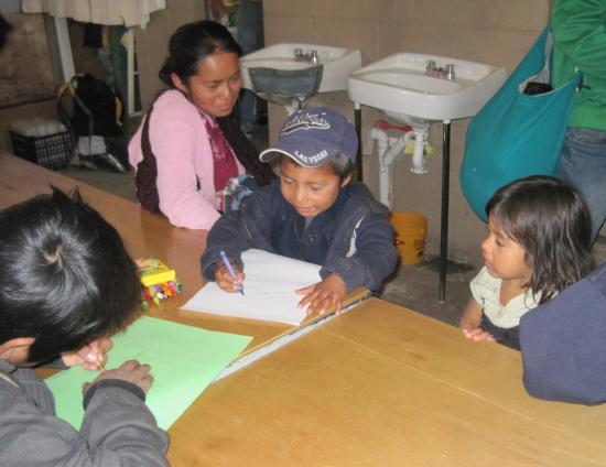 Children drawing at el comedor