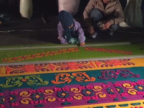 Children help create the alfombras